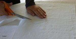 découpe du tissu lors d'un cours de couture à domicile entre Nantes et Pornic