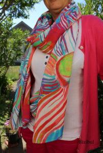 une écharpe en plein été, légère et colorée