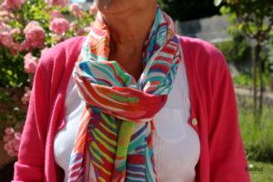 les écharpes en plein été sont légères et permettent de faire différents noeuds