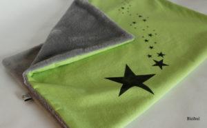 une couverture pour bébé toute douce parsemée de poussières d'étoiles
