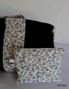 la pochette associée au sac de piscine est maintenue à l'intérieur par un mousqueton métallique