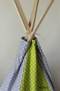 coudre un tipi puis faire le montage : les tasseaux sont glissés dans les coulisses puis maintenus grâce à de la corde