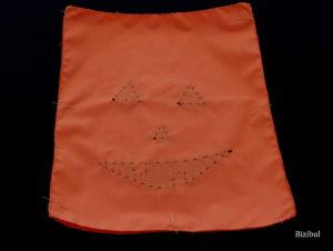 les 2 rectangles de tissu sont placés endroit contre endroit à l'aide d'épingles