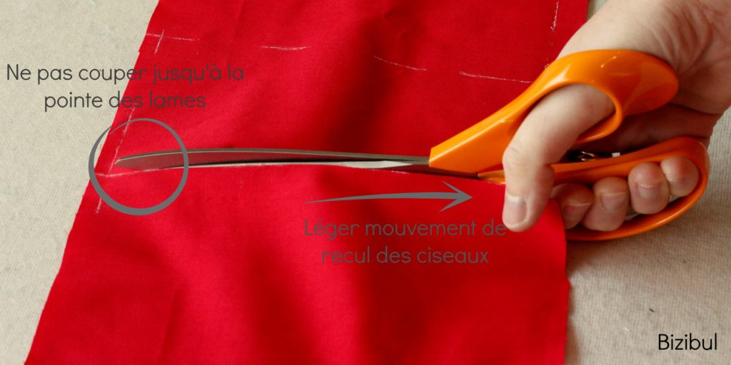 technique de couture on découpe le tissu avec un léger mouvement de recul des ciseaux et on ne coupe pas jusqu'au bout des lames