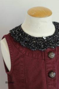 détail du col noir de la robe, tenue à adopter avec un col à poser noir