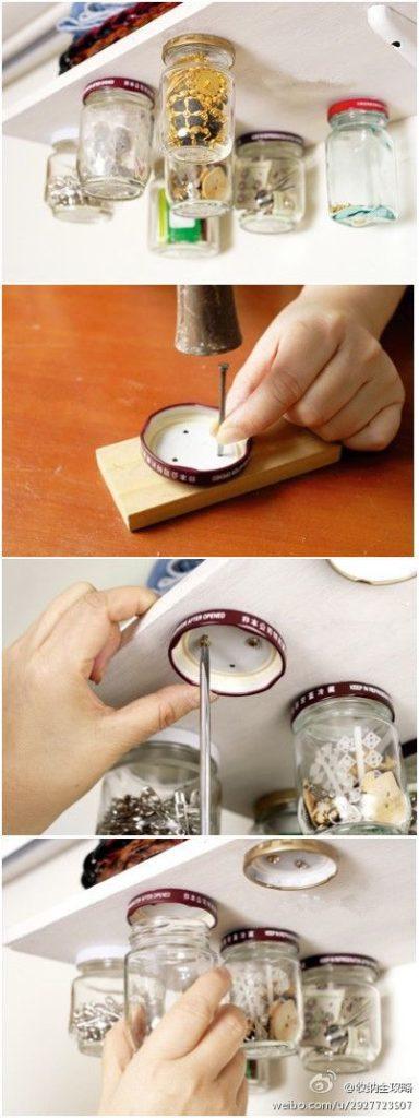 fixer des couvercles métalliques sous une étagère pour y viser des bocaux dans lesquels se trouvent des boutons