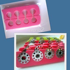 ranger ses canettes de machine à coudre dans des séparateurs à orteils qui servent habituellement lors de la pose de vernis à ongles