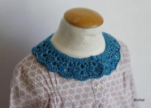 en gros plan, le col à poser bleu sur une blouse accompagnée d'un jean
