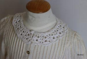 le col Claudine à poser blanc crocheté avec un fil lurex doré est idéal pour les fêtes de fin d'année