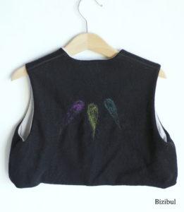 chaque gilet sans manche en laine est orné d'un travail de feutrage à l'aiguille au dos et sur le devant gauche. modèle unique