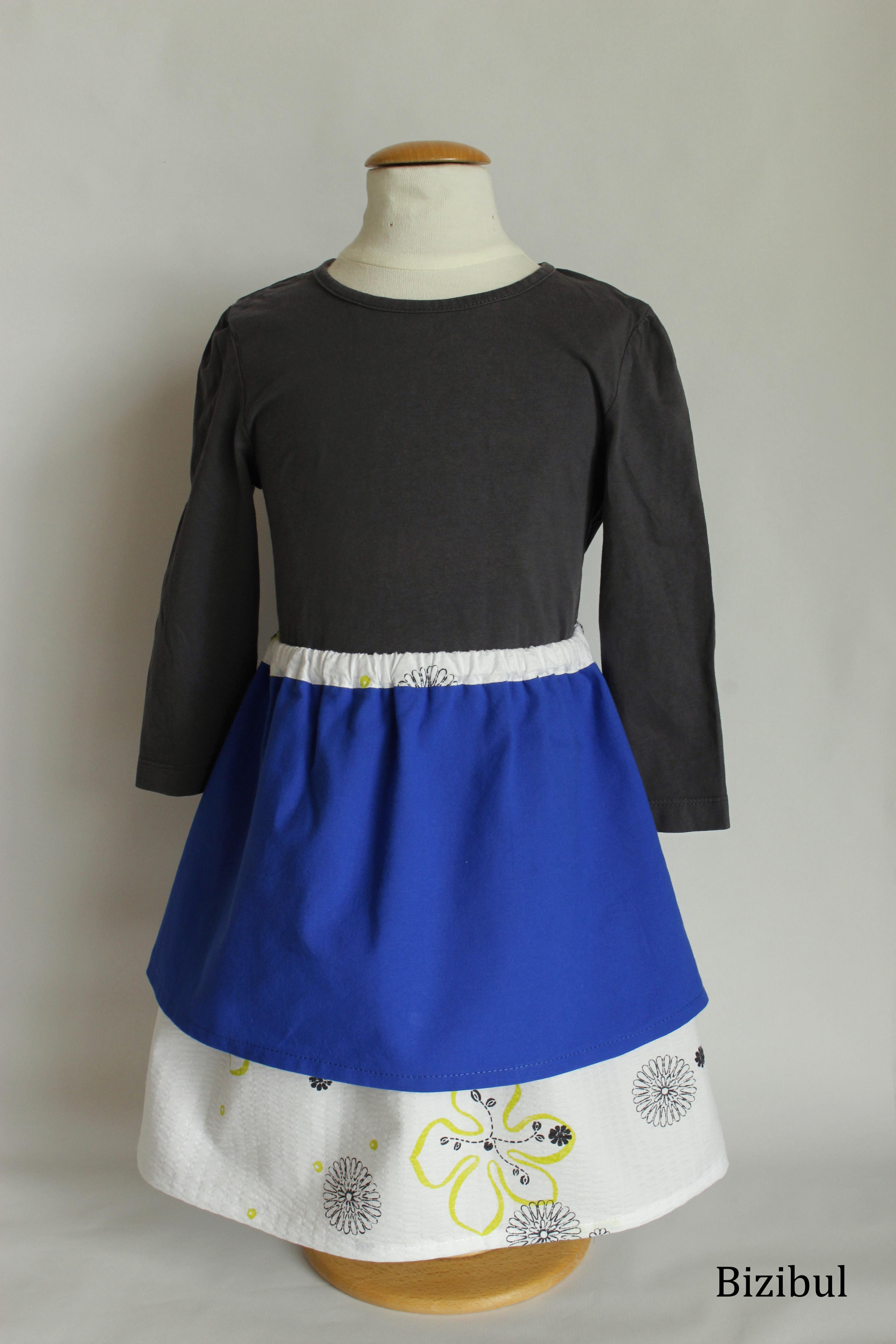 jupe à pans bleue et blanche aux imprimés légers